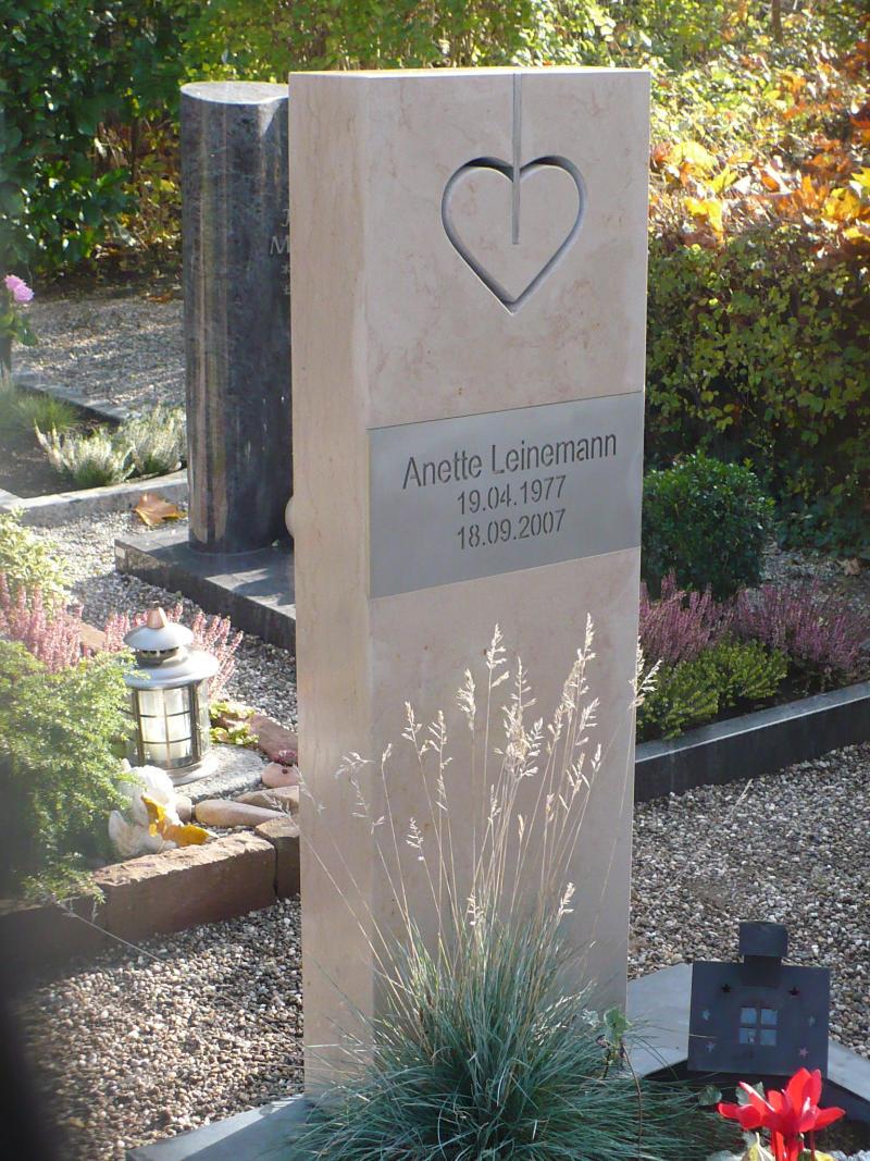 Nero Assoluto Satiniert französischer kalkstein mit edelstahlschriftplatte küchlin ihr steinmetz in karlsruhe