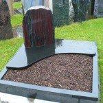 Urnengrabanlage aus Indisch Black und Timor Rot (Halbedelstein).