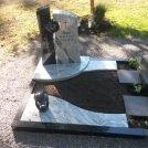 Denkmal in Hagsfeld mit Teilabdeckung aus Indisch Black und Viscont White poliert. Steinlaterne der Firma Manzini Granit