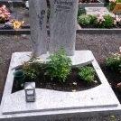 2-teiliges Denkmal aus Marina Blue mit eingravierter Inschrift.