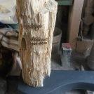 Versteinertes Holz auf Sockel satiniert.